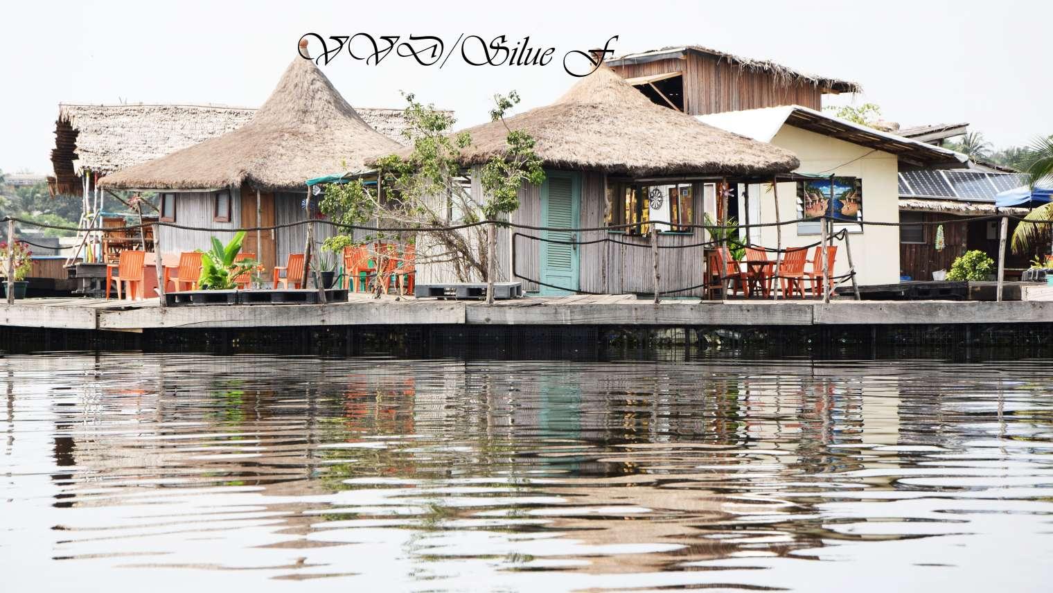L'île flottante : Un restaurant sur la lagune Ebrié
